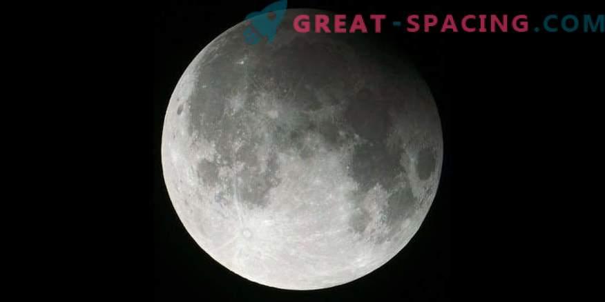 Комета, лунно затъмнение и снежна луна за една нощ!